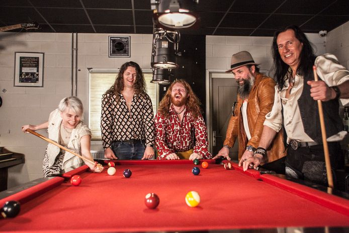 Vintage Rebel, vlnr Jorieke Sterken, Dennis Veeka, Andy Nijmeijer, Alexander Pape en Jean Hofman: rock en blues uit de jaren zeventig met hedendaagse twist.