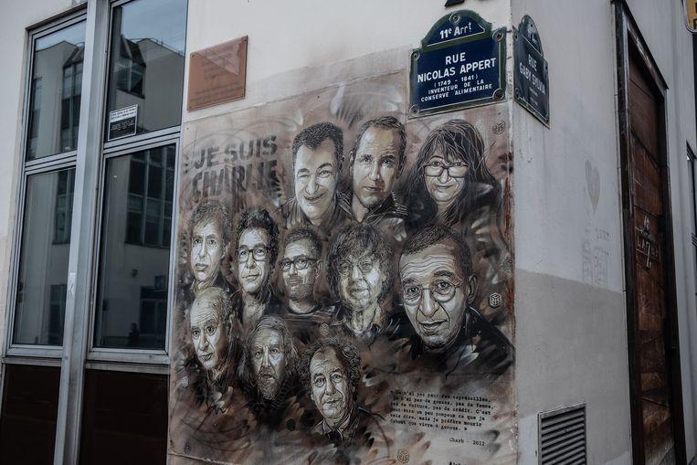 Muurschildering voor het voormalige hoofdkantoor van 'Charlie Hebdo' met portretten van de omgekomen medewerkers.  Beeld Joris Van Gennip