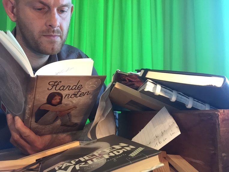 Kristof Francis met het boek over pesten dat bij bewerkt heeft.