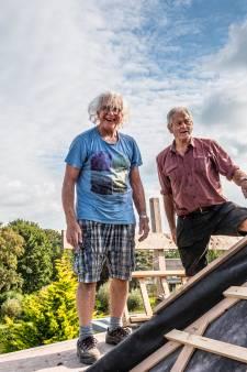 Geen grote aannemer, maar enkele vrijwilligers knappen pastorie van Scheepjeskerk op: 'We voelen ons echte bouwvakkers'