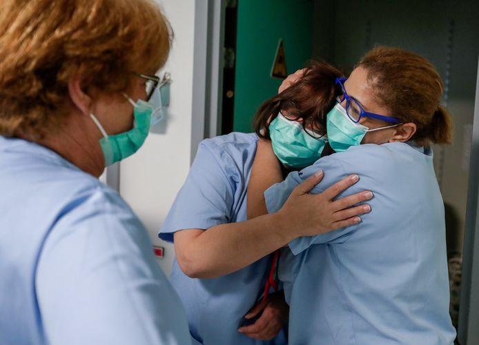 Twee verpleegsters van het Iris-ziekenhuis in Etterbeek-Elsene troosten elkaar nadat ze een Covid-19-patiënt verloren.