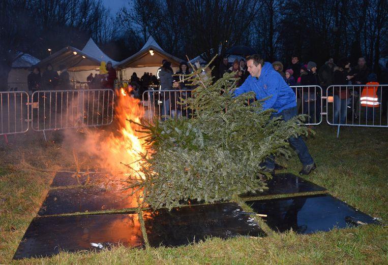 De organisatoren van vzw KSA Welle voegden geleidelijk aan de kerstbomen toe aan de brandstapel.