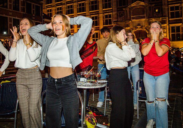 Ontgoocheling op de Oude Markt in Leuven.