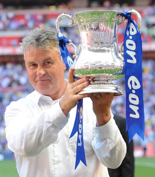 Guus Hiddink met de FA Cup.