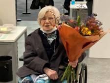 Zuster Marcelliana uit Schijndel (bijna 107) krijgt prik