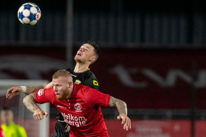 Thomas Verheydt legt het namens Almere City af in duel met Sam Beukema, eerder dit seizoen.