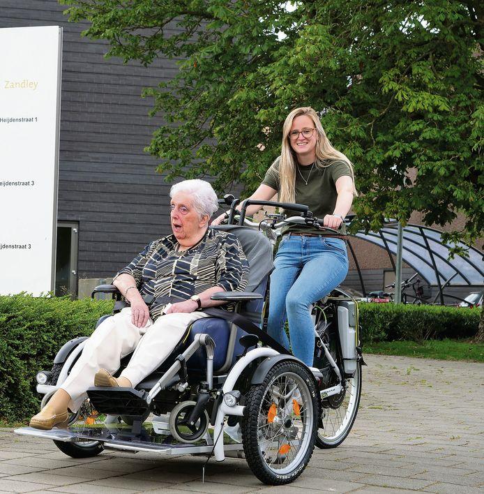 Mevr. Vliemans-van Krieken samen met haar activiteitencoach Imke van Spijk.