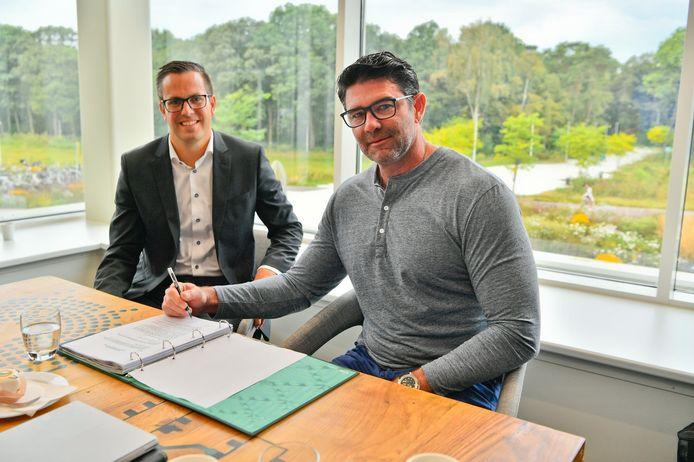 Footprint-directeur Troy Swope (rechts) and Niels Langenhuizen van SDK Vastgoed ondertekenen de huurovereenkomst voor de komst van Footprint naar BIC
