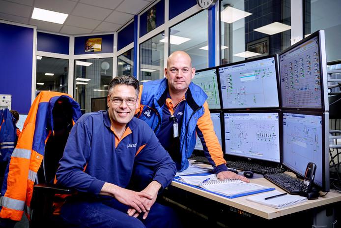 Marcel van de Wijgert (links) en Leon van Bokhoven in de operatorroom van brouwhuis 2.