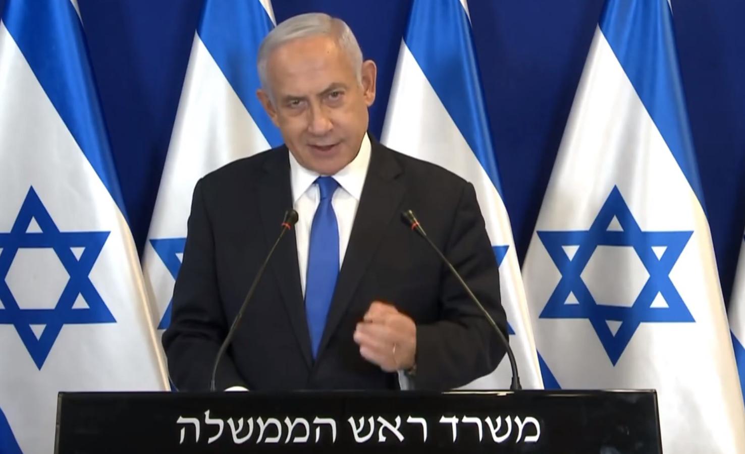 """Premier Benjamin Netanyahu maakte in een tv-toespraak zaterdagavond bekend dat de Israëlische aanvallen op Gaza """"zo lang als nodig"""" verder gaan."""