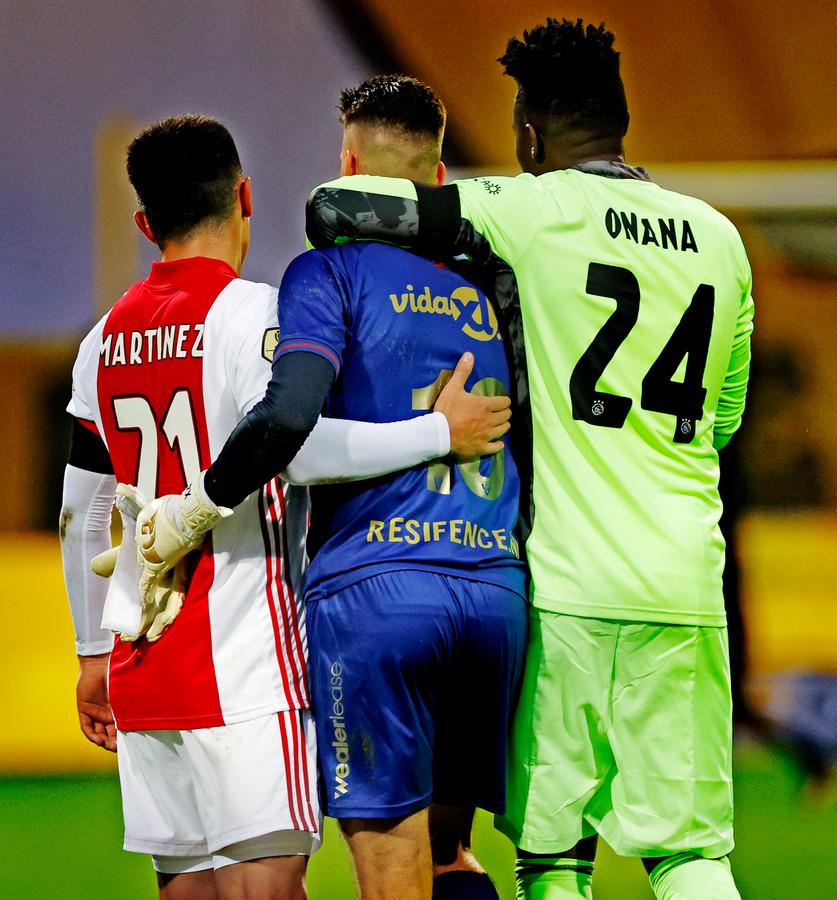Lisandro Martínez en André Onana troosten Delano van Crooij, de doelman van VVV-Venlo die liefst 13 tegentreffers om zijn oren kreeg.