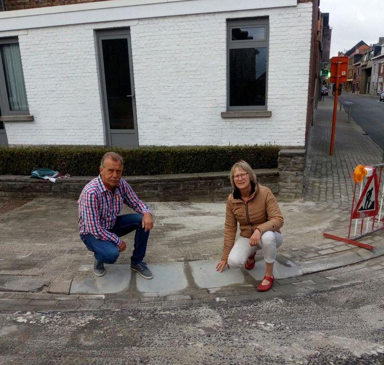 Schepen Paul Van Doorslaer en schepen Gerda Van den Brande nemen alle pijnpunten van de stoep onder de loep.