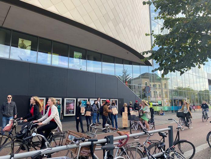 Voor het gebouw van TivoliVredenburg staat een groep tegendemonstranten