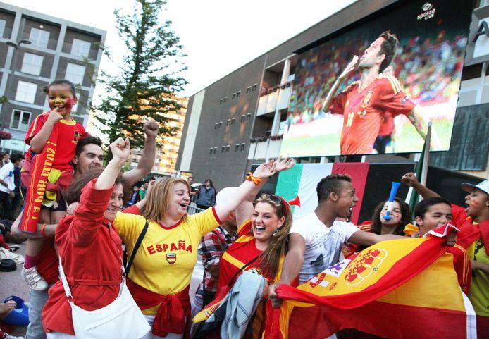 Een archiefbeeld van tijdens de finale van het EK voetbal in 2012, waarbij supporters afzakten naar het stadscentrum van Genk.