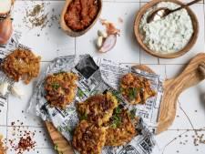Wat Eten We Vandaag: Uien bhaji met courgette-yoghurtdip