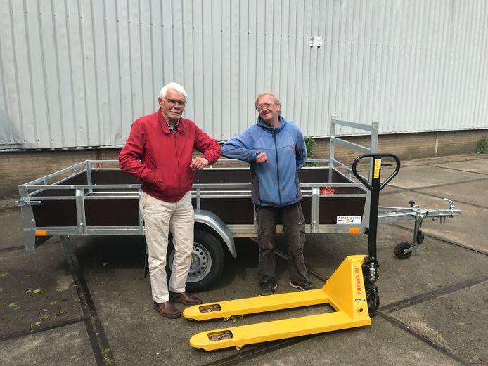 Leo Leenders (links) overhandigt de spullen aan loodsbeheerder Gerrit Kool.