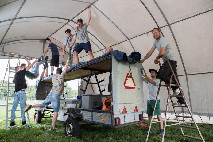 De vriendengroep Ton's SummerJam is druk bezig met opbouw voor het laatste festival, dat zondag is.