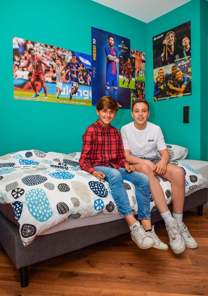 Jérôme Arens (rood) en Matthias Pieklak (wit) op hun kamer bij hun gastgezin.