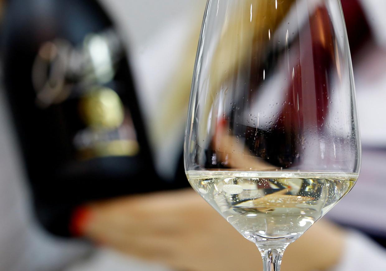 Een sommelier schenkt een glas prosecco in op een wijnbeurs in de Noord-Italiaanse stad Verona. Beeld Reuters