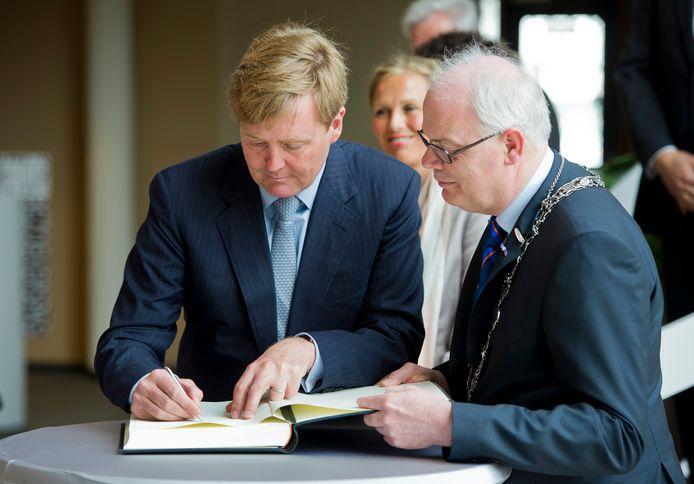 Jan van Belzen met koning Willem Alexander tijdens een werkbezoek aan Barendrecht in 2012.