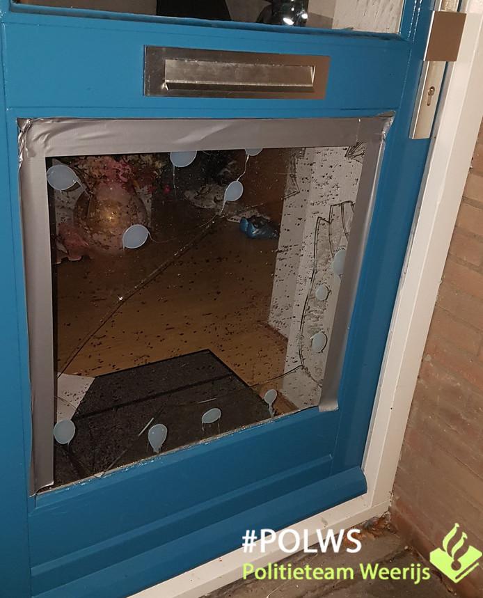 De man schopte een ruit van de voordeur in.