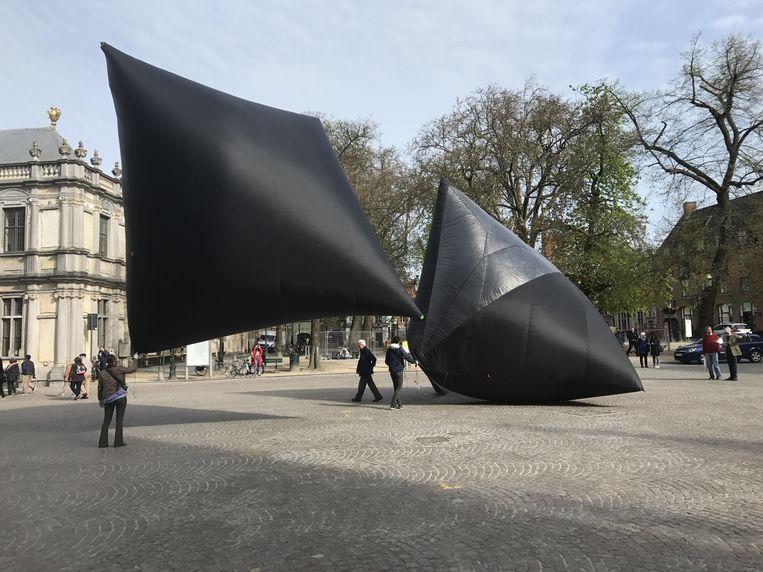 De kunstenaars  lieten  ook vandaag hun vlieger-installatie op, dit keer aan de Burg in Brugge.