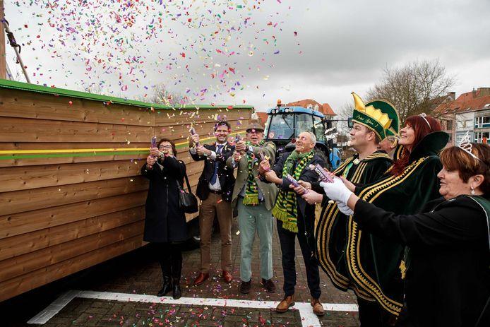 Met een knal wijdt burgemeester Lippens de 'praalboot' in (zie ook onder). Prins carnaval Björn I deelt mee in de feestvreugde.