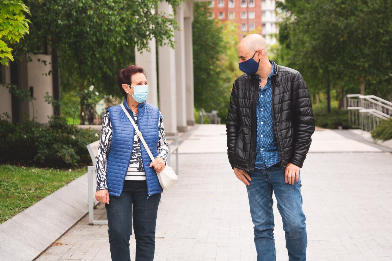 Kijk vooral naar wat er wél kan: ga bijvoorbeeld samen wandelen. Beeld Shutterstock