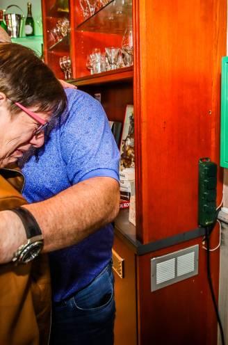 """De eerste defibrillator die Michel Van den Brande schenkt, hangt er: """"Een geweldig initiatief"""", vindt de weduwe van zijn goede vriend Fons"""
