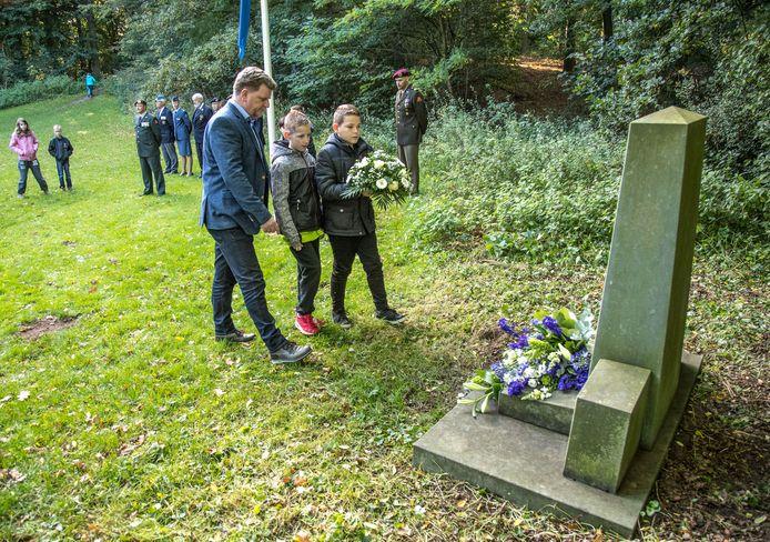 Archieffoto uit 2017 van de herdenking bij het oorlogsmonument samen met kinderen van school De Brug.