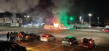 Jeugd Urk haalt geld op na afbranden GGD-testlocatie: 'Andere kant van ons laten zien'