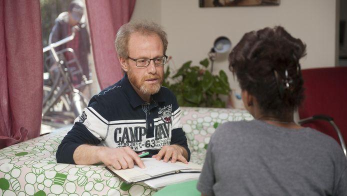 Begeleider Alex in gesprek met een vluchteling. 'Het is onze taak om ze te helpen.'