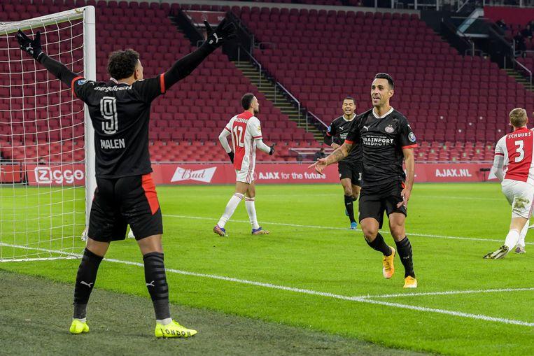 Donyell Malen en Eran Zahavi vieren de vroege voorsprong van PSV. Malen gaf de bal mee aan Zahavi met een magnifiek hakje. Beeld BSR Agency