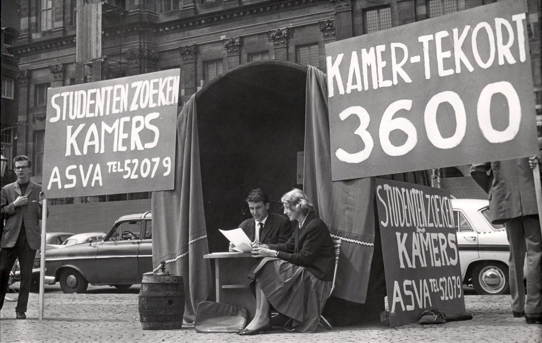 De Asva vraagt met een actie op de Dam aandacht voor het probleem van studentenhuisvesting, 1963. Beeld Nationaal Archief/Collectie Spaarnestad/ANP/Cor Out