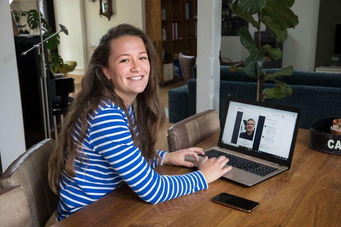 """Iris Tramper (22) brengt studenten en scholieren met haar Instagram @studiekeuze_stress op een laagdrempelige manier met elkaar in contact. ,,Zodat studiekiezers een beter beeld van een studie krijgen."""""""