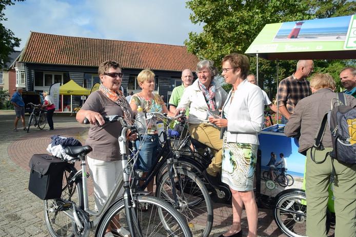 Gedeputeerde Carla Schonknecht (rechts met rokje) opende de fietsdag en deelde de route uit.