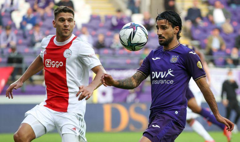 Ajax-speler Lissandro Magallan en Anderlecht-aanwinst Lior Refaelov. Beeld BELGA