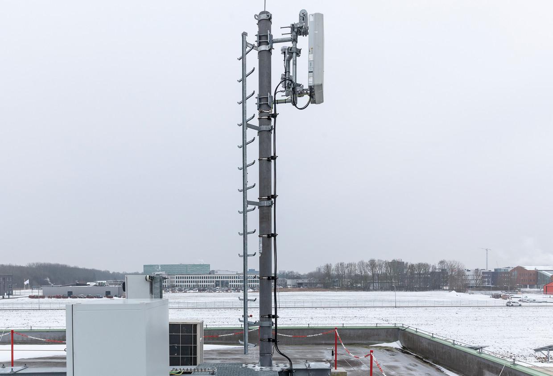 Een 5G zender op het dak van een van gebouw in Groningen. Beeld Harry Cock/de Volkskrant