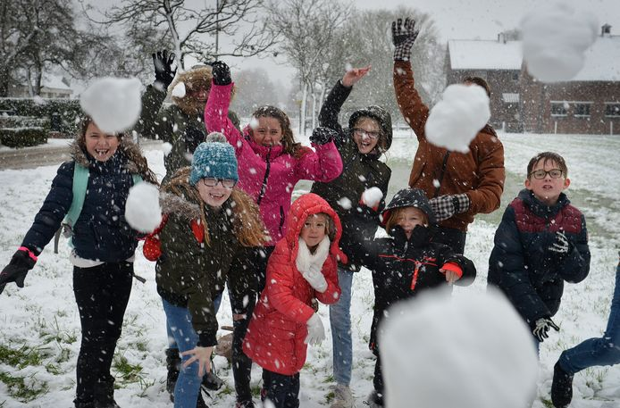 Sneeuwballengevecht op het Alphense Rijnplein. Zaterdagavond liep het in het Rode Dorp in Alphen uit de hand nadat sneeuwballen naar een woning waren gegooid. Daarbij waren de mensen op deze foto niet betrokken. Archieffoto.