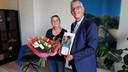 Jeanette is een nieuwe Taalambassadeur. Rechts wethouder René van Ginderen.
