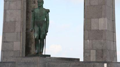 Jongeren gooien flesjes naar Leopold I-standbeeld en vallen toerist aan met fles wodka