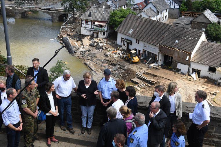 Bondskanselier Angela Merkel met naast haar de minister-president van Rijnland-Palts, Malu Dreyer (met wit overhemd), aan de verwoeste oevers van de Ahr. Beeld EPA