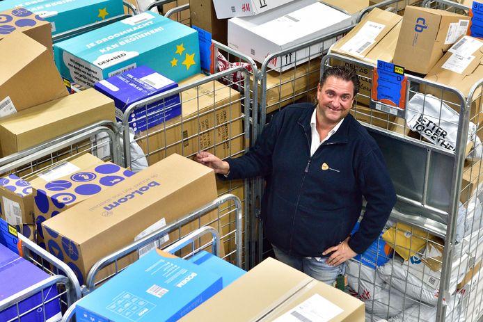 Depotmanager Marcel van Rijthoven tussen de te sorteren pakketten in het sorteercentrum van PostNL in Waddinxveen.
