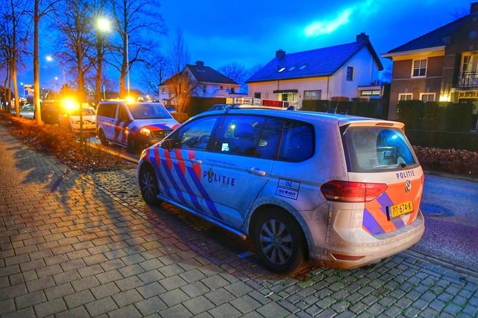 Niets dan politie in de Nieuwstraat in Eersel, januari vorig jaar. Drie Litouwers kwamen na een ruzie verhaal halen in een migrantenpand. Ze maakten drie slachtoffers.