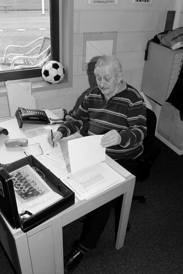 Loes Hollaar, hier achter zijn bureau in de bestuurskamer, was bestuurslid, maakte het krantje op, was 40 jaar scheidsrechter en beantwoordde de KMD-telefoon.