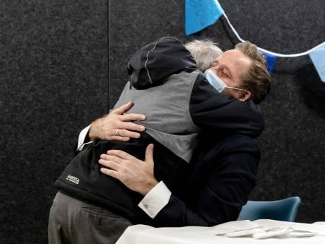 Monsterse Fred springt minister De Jonge van blijdschap in de armen: 'Afstand bestaat bij ons niet'