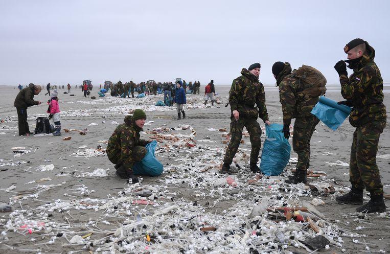 Bij het opruimen van de troep op Lauwersoog werd ook het leger ingezet. Beeld Getty Images
