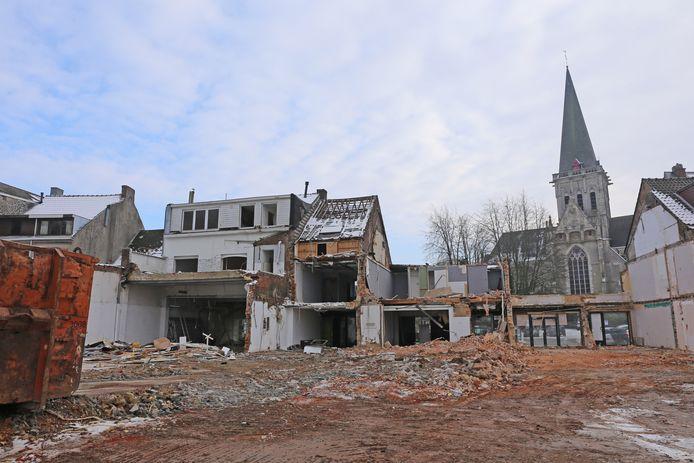 De achterzijde van de gebouwen is al grotendeels gesloopt.