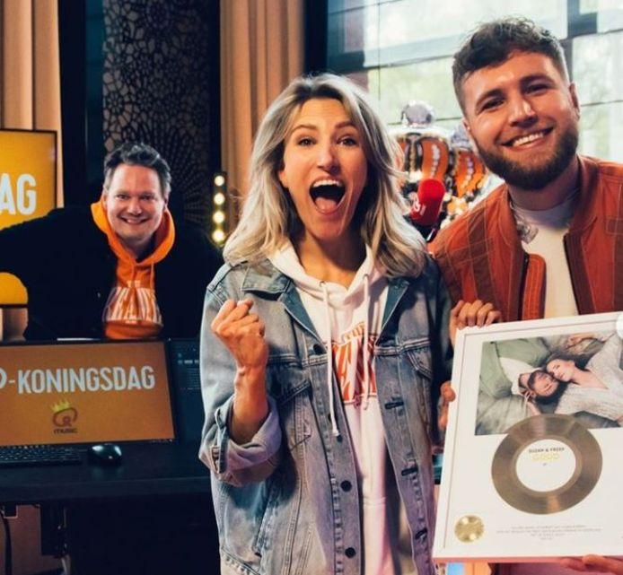 Suzan en Freek krijgen een gouden plaat van Wim van Helden.