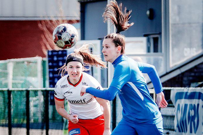 Rechterflankverdedigster Liesa Capiau (l.), in een duel met de Genkse Gwen Duijsters, beseft dat in Aalst iets oogsten nodig is om play-off 2 boeiend te houden.